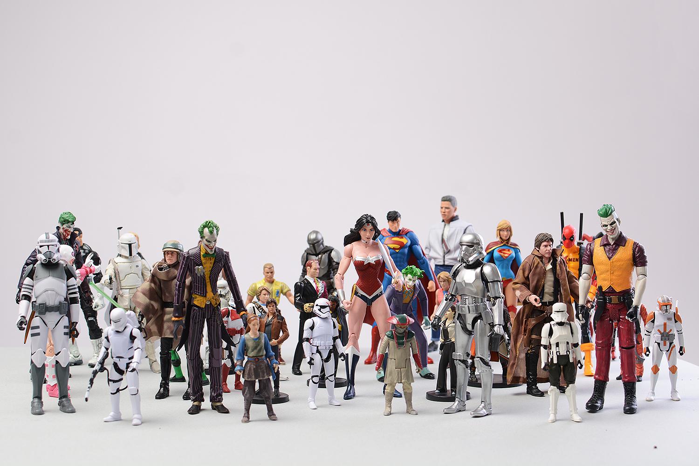 Бодан и неговата голема колекција фигури од Стар Ворс, Марвел, Џурасик Парк…